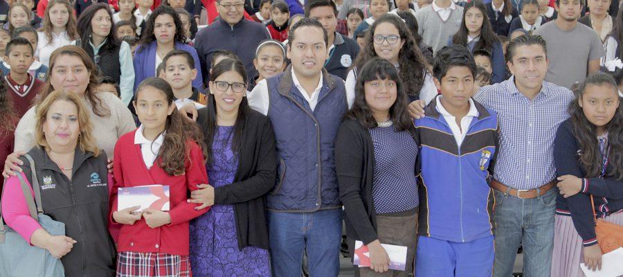 Encabeza Josué Guerrero segunda entrega de becas de 2018